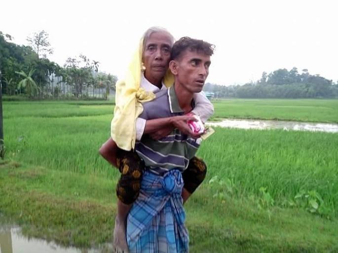 কক্সবাজারে উদ্বাস্তুর স্রোত সৃষ্টি হয়েছে: কাটছে মানবেতর জীবনমাকে কোলে নিয়ে রহিঙ্গা ছেলে