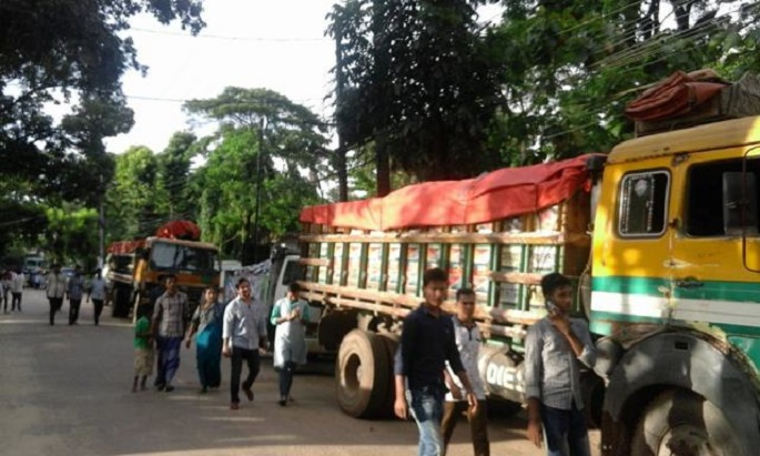 কক্সবাজার শহরে বিএনপির ত্রাণবাহি ২২টি  ট্রাক আটক: সরকারকে ধিক্কার